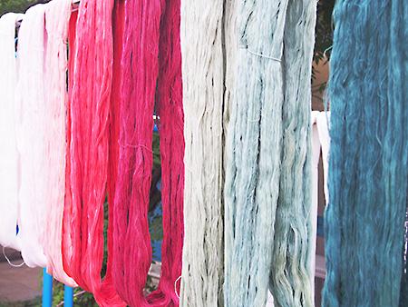自然の草木と使って染められた糸