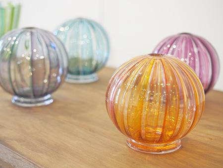ギャラリーには美しいガラスの器が