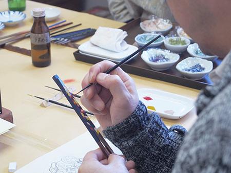 本漆を使い讃岐漆器の絵付け体験