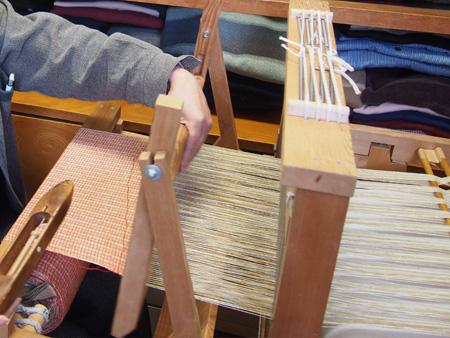 織機があれば実際に織っている様子を見学することができます。
