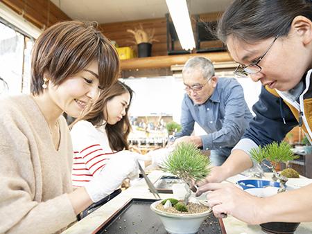 植物を植える向きや土の入れ方、苔の巻き方など、細かく説明してもらえるので初心者でも気軽にトライできます。