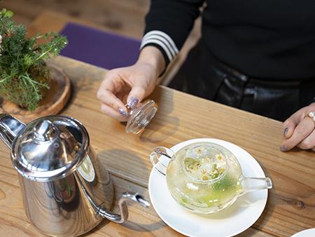 ハーブティーはレモングラス、カモミール、ローズゼラニウムなど6種類の中から選んで、その場で摘んでお湯を注ぎます。