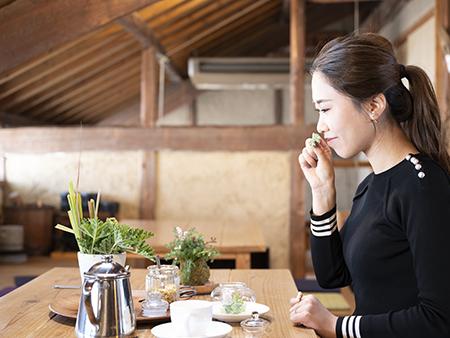 築60年以上の納屋をリニューアルした和の趣きあるカフェで、ゆったりティータイム。
