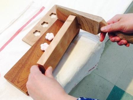 伝統的な製法による和三盆の型抜き体験。現代風にアレンジされた菓子木型などもあります。
