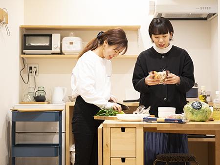 個室はミニキッチン付きなので、朝食など簡単な料理もできます。