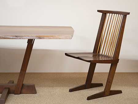 ナカシマの代表作の一つ、二本脚で絶妙なバランスの「コノイドチェア」。