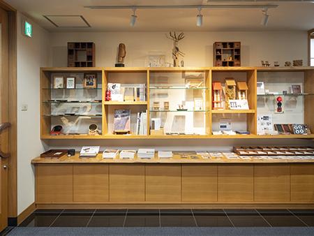ギャラリーショップでは桜製作所オリジナルの小物などのおみやげも購入できます。